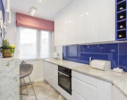 Apartament na Ursynowie 110m2 - Średnia otwarta biała niebieska kuchnia w kształcie litery l z oknem, styl nowoczesny - zdjęcie od MODIFY - Architektura Wnętrz