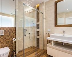 Apartament dwupoziomowy na warszawskim Mokotowie - Mała łazienka w bloku w domu jednorodzinnym z oknem, styl nowoczesny - zdjęcie od MODIFY - Architektura Wnętrz