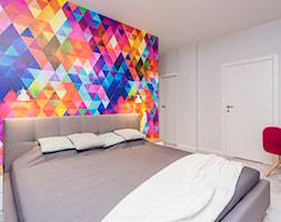 Kolorowe mieszkanie na Mokotowie - Średnia biała kolorowa sypialnia małżeńska, styl nowoczesny - zdjęcie od MODIFY - Architektura Wnętrz - Homebook