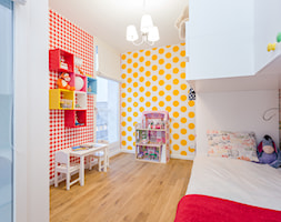 Kolorowe mieszkanie na Mokotowie - Średni szary żółty czerwony pokój dziecka dla chłopca dla dziewczynki dla ucznia dla malucha, styl nowoczesny - zdjęcie od MODIFY - Architektura Wnętrz