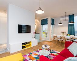 Kolorowe mieszkanie na Mokotowie - Średni biały salon z jadalnią, styl nowoczesny - zdjęcie od MODIFY - Architektura Wnętrz - Homebook