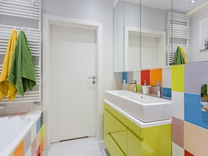 Kolorowe mieszkanie na Mokotowie - Średnia biała kolorowa łazienka bez okna, styl nowoczesny - zdjęcie od MODIFY - Architektura Wnętrz