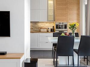 Mieszkanie przy Parku Szczęśliwickim - Średnia otwarta beżowa kuchnia jednorzędowa z oknem, styl nowoczesny - zdjęcie od MODIFY - Architektura Wnętrz