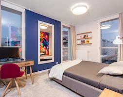 Kolorowe mieszkanie na Mokotowie - Duża biała niebieska sypialnia małżeńska z balkonem / tarasem, s ... - zdjęcie od MODIFY - Architektura Wnętrz - Homebook