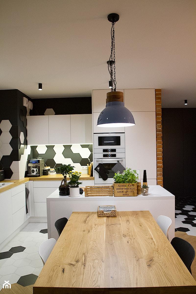 Aranżacje wnętrz - Jadalnia: Moje Pierwsze M - 53.5 m2 - Sląsk - Średnia otwarta jadalnia w kuchni, styl eklektyczny - Grzegorz - Mały Inwestor. Przeglądaj, dodawaj i zapisuj najlepsze zdjęcia, pomysły i inspiracje designerskie. W bazie mamy już prawie milion fotografii!