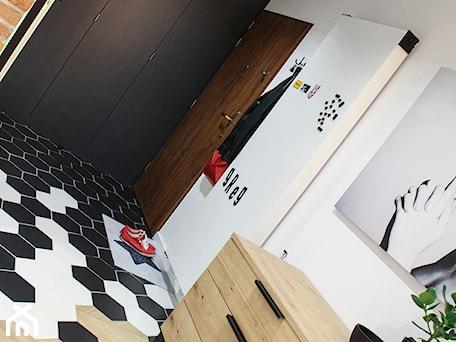Aranżacje wnętrz - Hol / Przedpokój: Moje Pierwsze M - 53.5 m2 - Sląsk - Średni biały hol / przedpokój, styl eklektyczny - Grzegorz - Mały Inwestor. Przeglądaj, dodawaj i zapisuj najlepsze zdjęcia, pomysły i inspiracje designerskie. W bazie mamy już prawie milion fotografii!