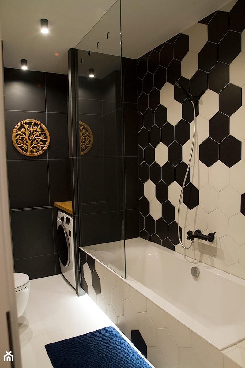Moje Pierwsze M - 53.5 m2 - Sląsk - Mała biała czarna łazienka w bloku bez okna, styl eklektyczny - zdjęcie od Grzegorz - Mały Inwestor