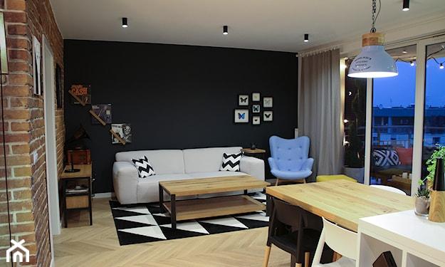 czarna ściana w salonie, dywan w trójkąty