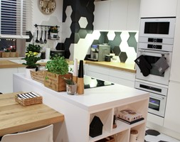 Moje Pierwsze M - 53.5 m2 - Sląsk - Średnia otwarta biała czarna kuchnia w kształcie litery l z wys ... - zdjęcie od Grzegorz - Mały Inwestor - Homebook