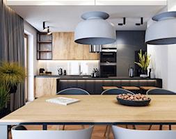 Klimatyczne mieszkanie w Krakowie 3 - Średnia otwarta biała czarna kuchnia jednorzędowa z oknem, styl nowoczesny - zdjęcie od BEFORECONCEPT