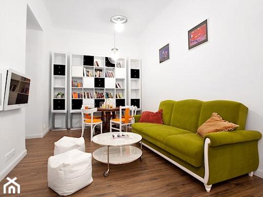 zielona kanapa w salonie eklektycznym