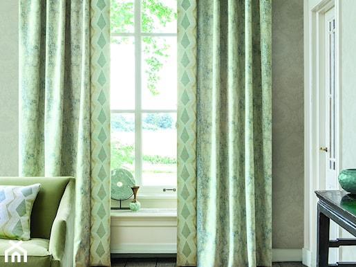 3bb1a180bd545 zielone zasłony, zielona sofa, biały parapet, drewniana podłoga