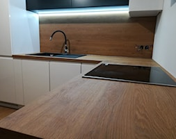 Biel i drewno? Niezmiennie dobre połączenie! - Mała zamknięta szara kuchnia w kształcie litery l, styl minimalistyczny - zdjęcie od Drewutnia