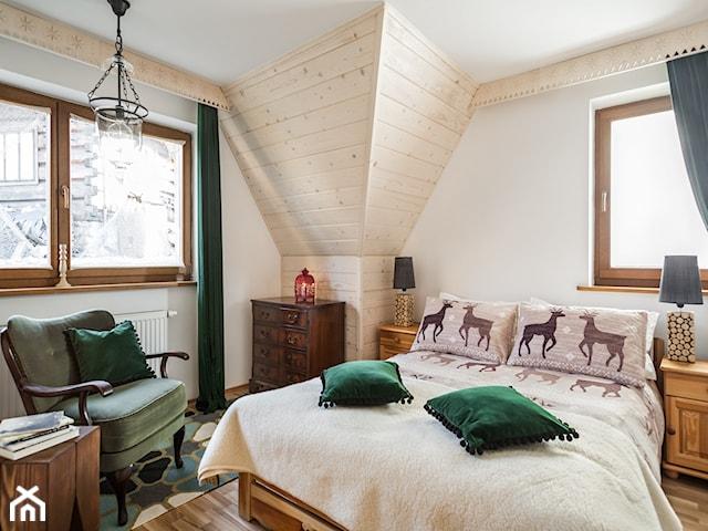 fotel z zielonego aksamitu, aksamitne poduszki