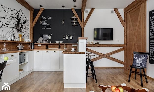 kuchnia z drewnianymi belkami, drzwi przesuwne w kuchni