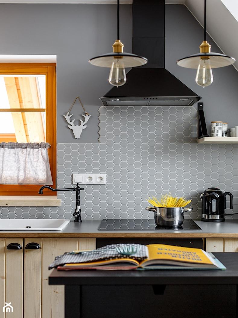 Apartament Przy lesie, Kościelisko - Średnia otwarta szara kuchnia jednorzędowa z wyspą, styl skandynawski - zdjęcie od www.tatrytop.pl - Homebook