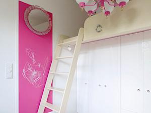 mieszkanie prywatne - Średni biały różowy pokój dziecka dla dziewczynki dla malucha, styl nowojorski - zdjęcie od Izabela Rydygier Architektura Wnętrz