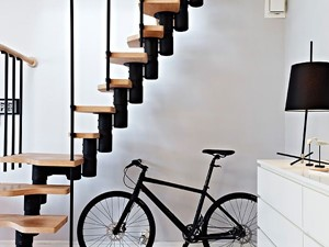 Jak ciekawie wykorzystać miejsce pod schodami?