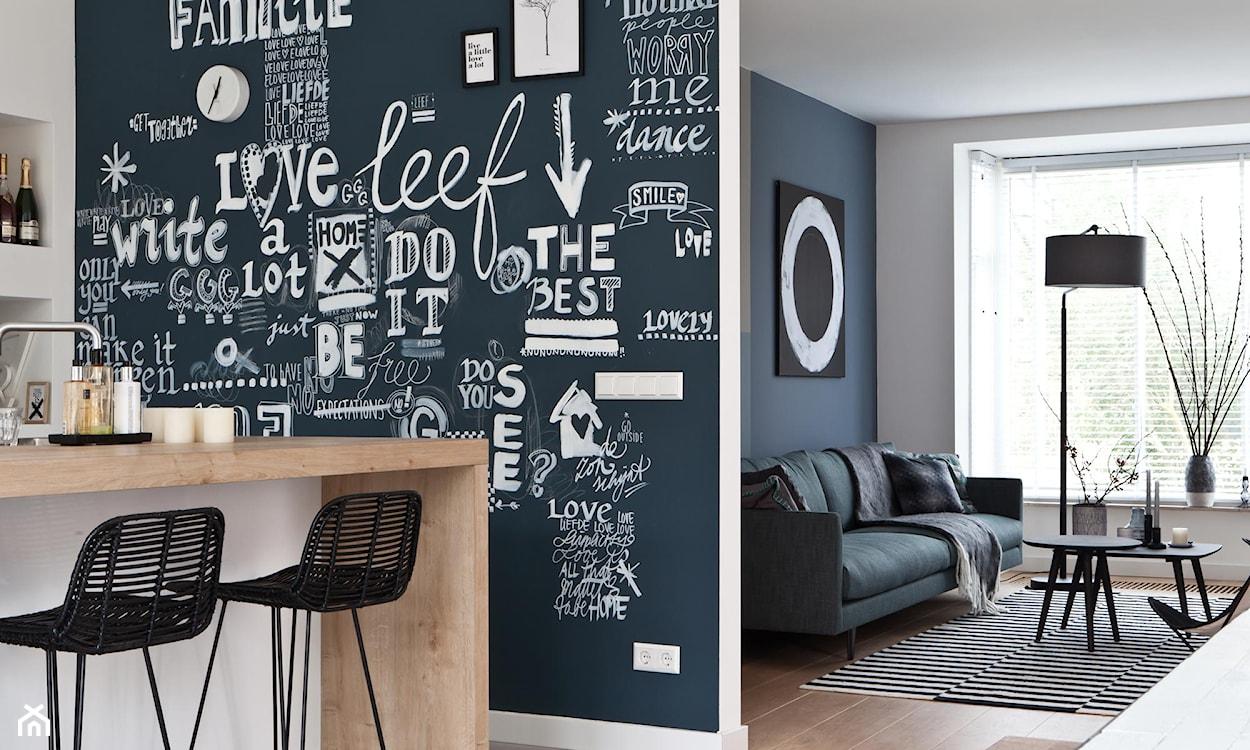 ściana z napisami w kuchni