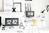 białe biurko, drewniane krzesło, czarna lampa biurowa