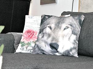 Poduszki ze zwierzęcym printem w naszym salonie