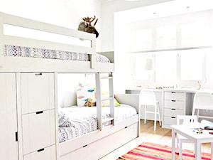 Łóżka piętrowe w dziecięcym pokoju.