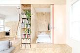 podłoga z jasnego drewna, salon oddzielony od sypialni przesuwanymi drzwiami, meble z jasnego drewna