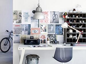 Klasyczne biurko w nowoczesnym wnętrzu - Biel i drewno w miejscu do pracy