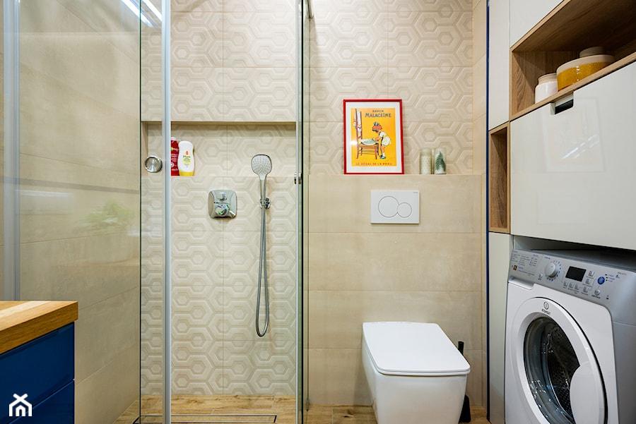 Aranżacje wnętrz - Łazienka: rowerowe mieszkanie - realizacja - Mała beżowa łazienka w bloku bez okna, styl skandynawski - RedCubeDesign projektowanie wnętrz. Przeglądaj, dodawaj i zapisuj najlepsze zdjęcia, pomysły i inspiracje designerskie. W bazie mamy już prawie milion fotografii!