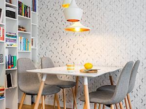 biało, szaro, przytulnie - Mała zamknięta szara jadalnia jako osobne pomieszczenie, styl skandynawski - zdjęcie od RedCubeDesign projektowanie wnętrz