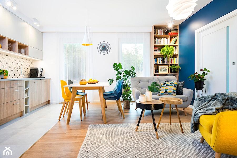 rowerowe mieszkanie - realizacja - Średni biały niebieski salon z kuchnią z jadalnią, styl skandynawski - zdjęcie od RedCubeDesign projektowanie wnętrz