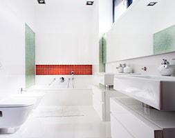 biało-czarny domek - Średnia biała zielona czerwona łazienka w domu jednorodzinnym z oknem, styl minimalistyczny - zdjęcie od RedCubeDesign projektowanie wnętrz