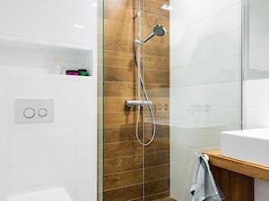 szeregówka po duńsku - Mała biała brązowa łazienka w bloku bez okna, styl skandynawski - zdjęcie od RedCubeDesign projektowanie wnętrz