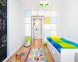 biało, szaro, przytulnie - Mały biały czarny pokój dziecka dla chłopca dla malucha, styl skandynawski - zdjęcie od RedCubeDesign projektowanie wnętrz