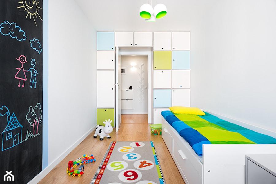 Aranżacje wnętrz - Pokój dziecka: biało, szaro, przytulnie - Mały biały czarny pokój dziecka dla chłopca dla malucha, styl skandynawski - RedCubeDesign projektowanie wnętrz. Przeglądaj, dodawaj i zapisuj najlepsze zdjęcia, pomysły i inspiracje designerskie. W bazie mamy już prawie milion fotografii!