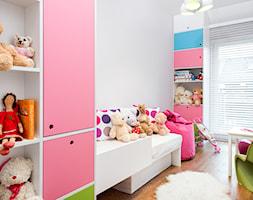 szeregówka po duńsku - Mały biały pokój dziecka dla dziewczynki dla malucha, styl skandynawski - zdjęcie od RedCubeDesign projektowanie wnętrz