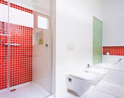 biało-czarny domek - Duża beżowa zielona czerwona łazienka w domu jednorodzinnym z oknem, styl minimalistyczny - zdjęcie od RedCubeDesign projektowanie wnętrz