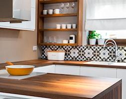 szeregówka po duńsku - Mała otwarta biała beżowa brązowa kuchnia w kształcie litery u z wyspą, styl ... - zdjęcie od RedCubeDesign projektowanie wnętrz - Homebook