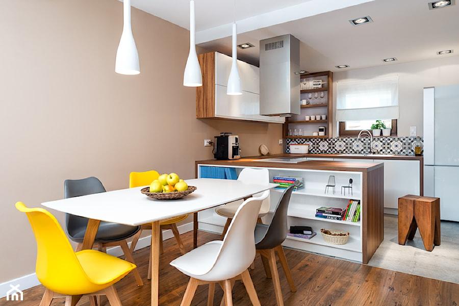 szeregówka po duńsku - Średnia otwarta beżowa jadalnia w salonie, styl skandynawski - zdjęcie od RedCubeDesign projektowanie wnętrz