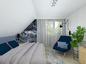klasyka z nutką granatu - Mała biała szara sypialnia małżeńska na poddaszu, styl klasyczny - zdjęcie od RedCubeDesign projektowanie wnętrz