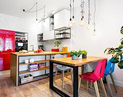 loftowe 75m2 w centrum Wrocławia - Średnia otwarta biała czarna jadalnia w kuchni, styl industrialny - zdjęcie od RedCubeDesign projektowanie wnętrz
