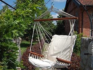 Średni ogród za domem z pergolą z huśtawką - zdjęcie od 9design