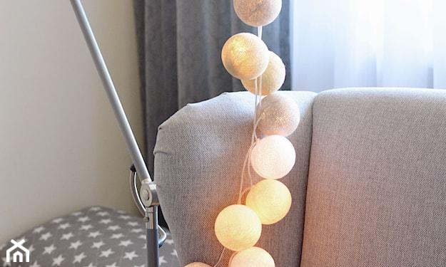 cotton balls przy lampie, szary fotel