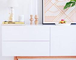9design: Salon w stylu skandynawskim - pomysł na miejsce z komodą - zdjęcie od 9design