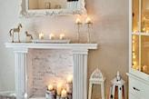 świeczki, ozdobna rama kominka, lustro z białą ramą