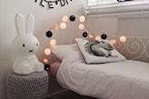łóżko z metalową ramą, szary taboret, cotton balls, poduszka z wiewiórką