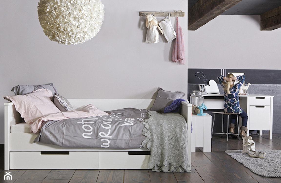 drewniana podłoga, szary dywan, biała lampa wisząca kula
