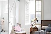 białe ściany, szafa z lustrem, fotel na drewnianych nóżkach, szara narzuta