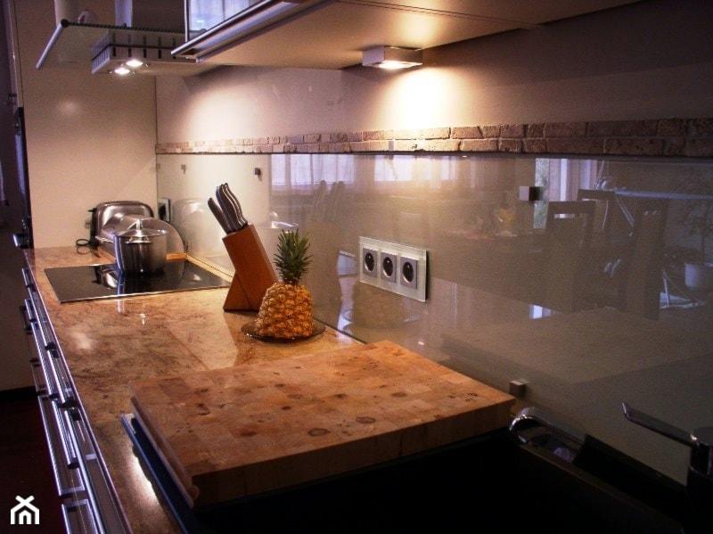szklane panele do kuchni zdj cie od terjot szklane elementy do wn trz homebook. Black Bedroom Furniture Sets. Home Design Ideas