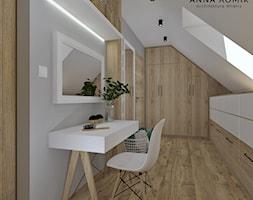 Garderoba - Średnia garderoba z oknem na poddaszu, styl skandynawski - zdjęcie od Anna Romik Architektura Wnętrz
